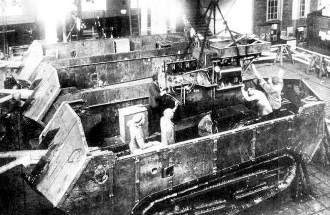 Les techniciens sont en train de poser le bloc Panhard dans ce Saint-Chaumont en construction