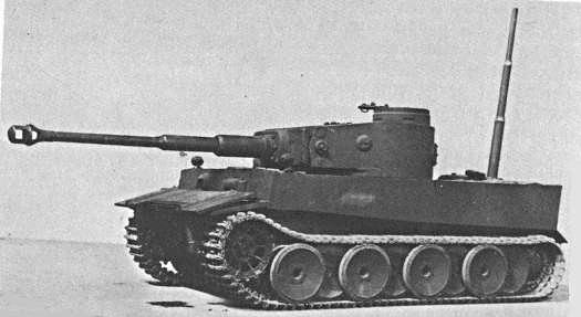 Le prototype d'Henschel intégre le système Vorpanzer situé sur le glacis avant et supposé protéger le bas de caisse et les chenilles et un schnorkel pour franchir les coupures humides