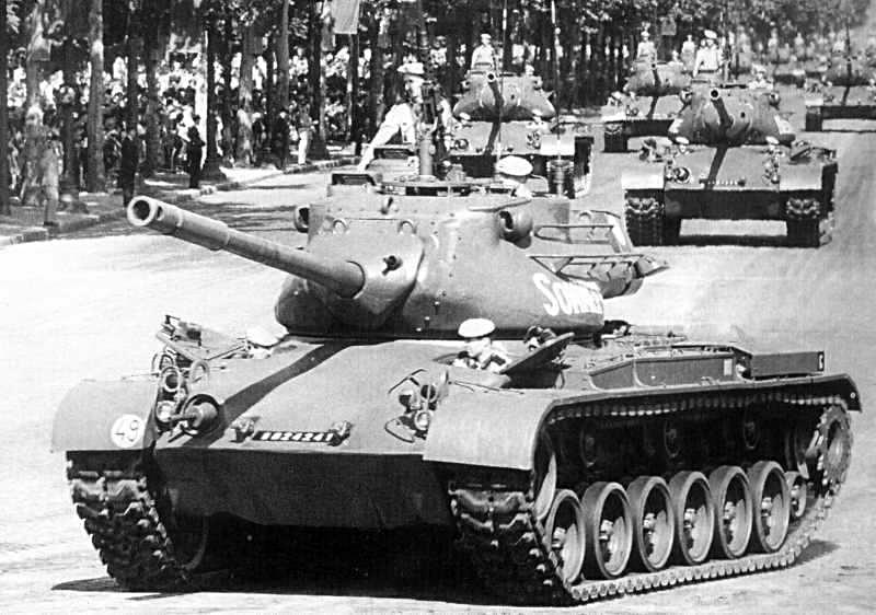 Char M47 Patton défilant sur les Champs-Elysée