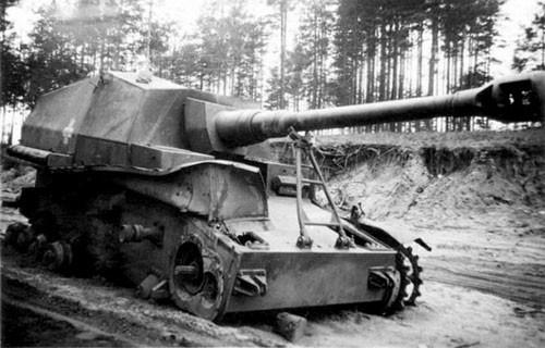 Le seconde est détruit vers Stalingrad. Notez que le canon est encore sur sa chaise de route, signe d'une probable embuscade