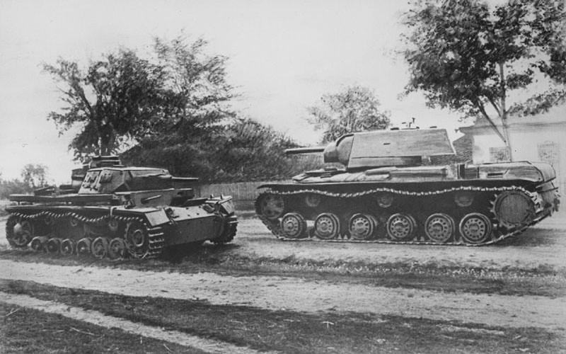 KV dépassant un Panzer III abandonné et inefficace face au mastodonte russe
