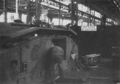 Cet ouvrier travaille sur le moteur après avoir déposé la grille de ventilation blindée