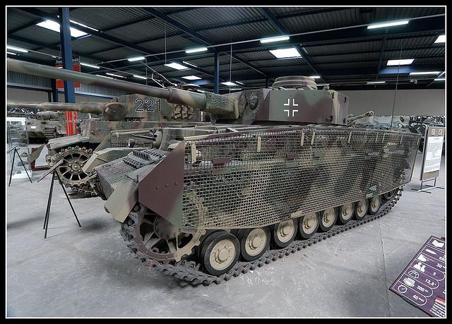 """Ce Panzer IV de fin de production s'est paré de ses schürzen """"grillagés"""" qui laissent voir le système de pose"""
