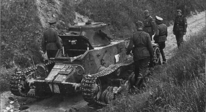 Les Matilda suscitent la curiosité  des officiers allemands