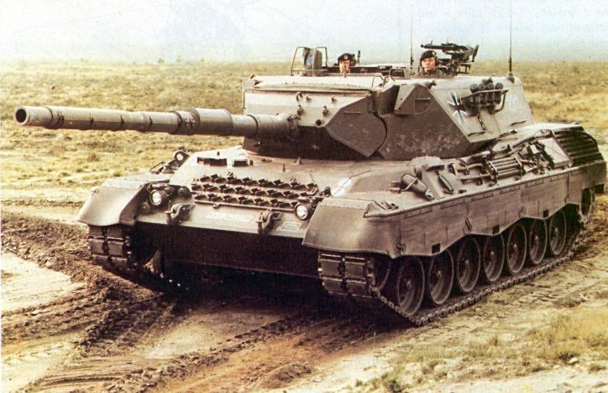 La tourelle moulée aux lignes douces laisse sa place à une tourelle aux angles plus agressifs sur les Léopard A3 et A4