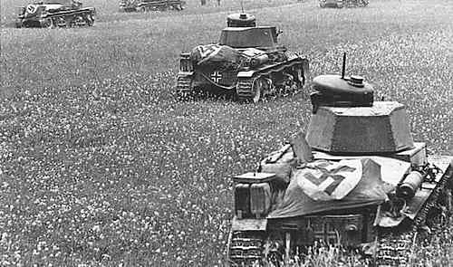 Ces Panzers 35 (t) abordent un drapeau sur le moteur pour s'identifier auprès d'une Luftwaffe particulièrement présente en France