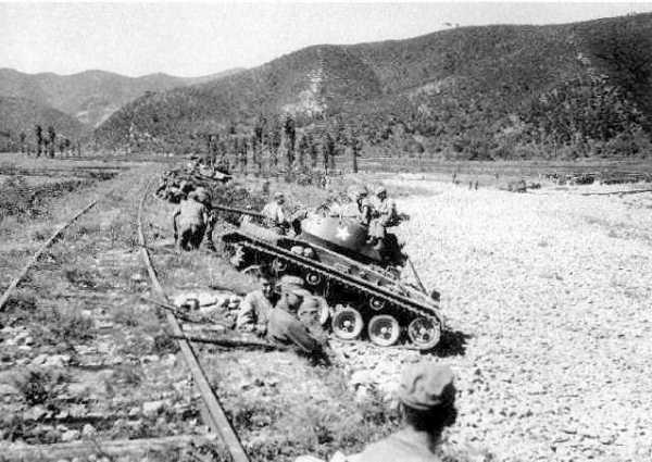 Utilisé à défaut de char de combat, le M24 s'en sort relativement bien face au T-34/85 Nord-Coréens