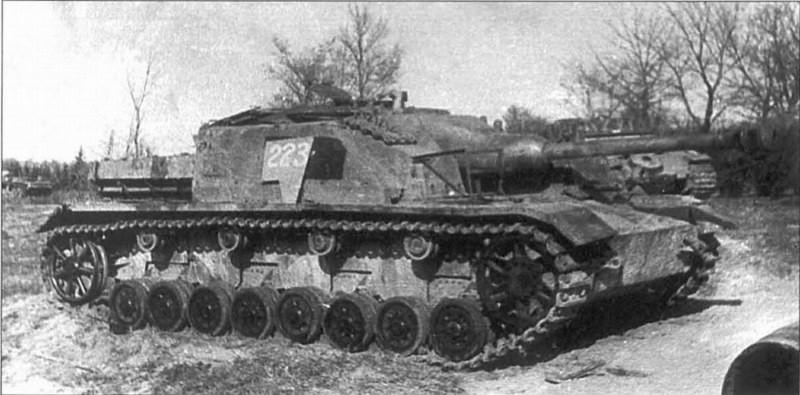Construit uniquement pour palier à la baisse de production du StuG III, les StuG IV seront toutefois construits jusqu'à la fin de la guerre