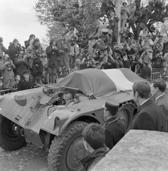 L'EBR est choisit pour transporter le cercueil du général De Gaulle, signe de l'attachement de la nation à ce char atypique