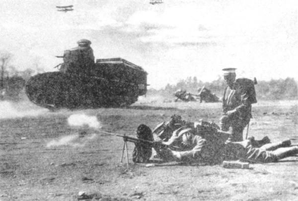 La commande de matériel étranger permet au Japon d'établir sa stratégie militaire dans l'emploi des blindés. Ici un Renault FT appuie les fantassins aux côtés d'une mitrailleuse