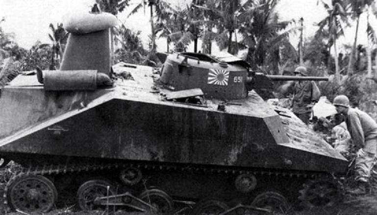 Ce Type 2, mis hors de combat, est inspecté par des G.I's curieux