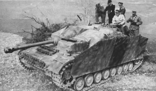 Ce StuG IV participe à un essai de tir en présence d'un parterre d'officiers