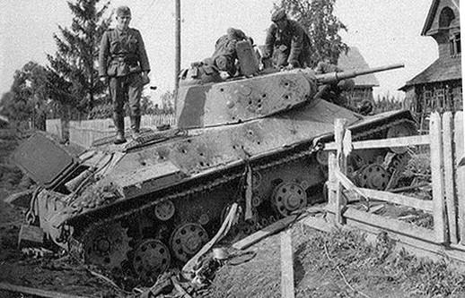 Ce T-50 a été détruit dans le secteur de Leningrad. Au vue de sa résistance, les obus de petit calibre (surement du 50mm) ont été tirés à courte distance