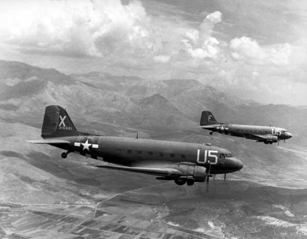 Bien qu'imposant, les Douglas C-47 ne sont pas capable d'emporter un char en soute