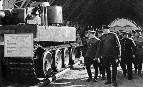 Les maréchaux Voroshilov ( à gauche) et Zhukov (à droite) inspectent le premier Tigre capturé par l'Armée Rouge