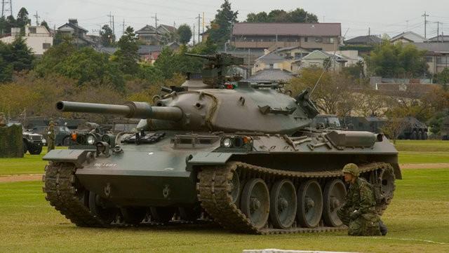 Le char japonais Type-74 dispose du canon  anglais Royal ordnance L7 de 105 mm, avec son extracteur de fumée bien visible sur le canon