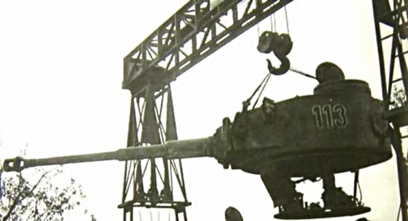 L'imposante tourelle de 14 tonnes doit à présent être intégrée sur le châssis Henschel, au grand désarroi de ses ingénieurs