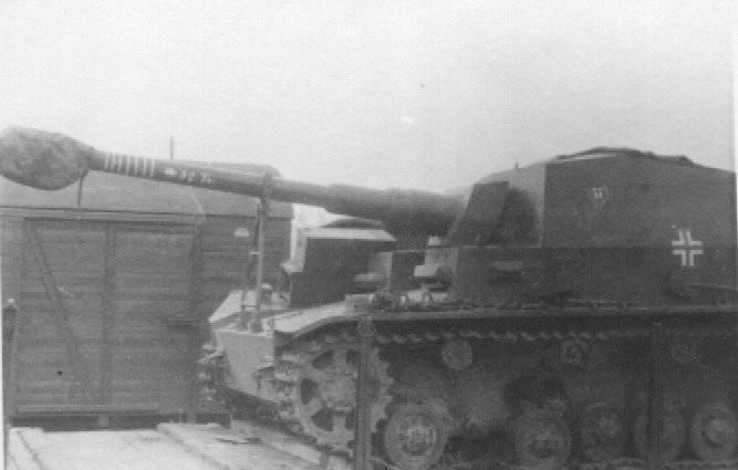 Ce Dicker Max revendique 32 chars soviétiques. A l'instar des pilotes d'avions, l'équipage a peint ses victoires sur le tube