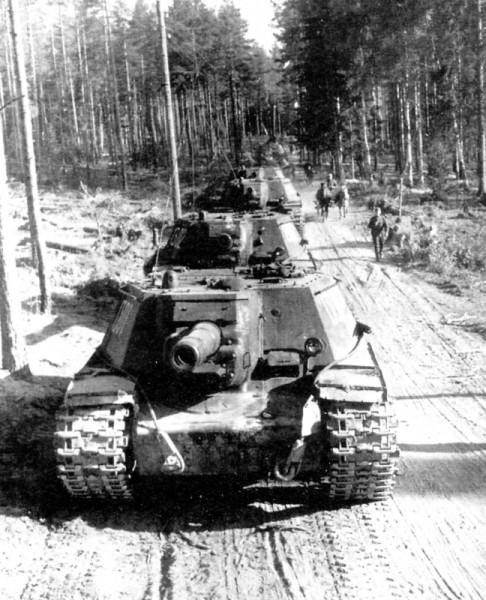 Difficile pour les SU-152 de ce déplacer seuls, leur faible mobilité et autonomie les rendent vulnérables