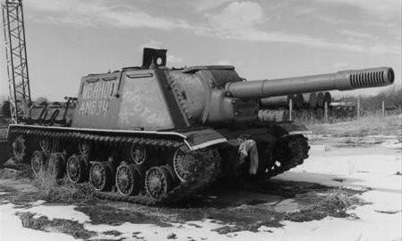 L'obiekt 236, ici encore en essai, est déjà très proche du définitif SU-152