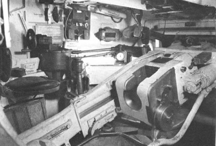 La manivelle (noire) se situe sur la gauche près du siège du chef du Tigre actionne la tourelle et lui permet d'aiguiller le tireur sur l'objectif à détruire