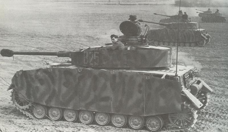 Les Panzer IV, habillés de leurs jupes de caisse et de tourelle prennent une allure bien différente