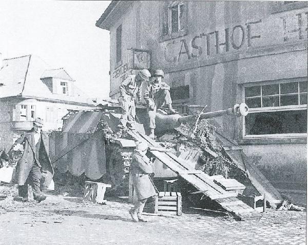 Capturé ou détruit, ce StuG III est l'un de ses rares congénères à porter des jupes boulonnées