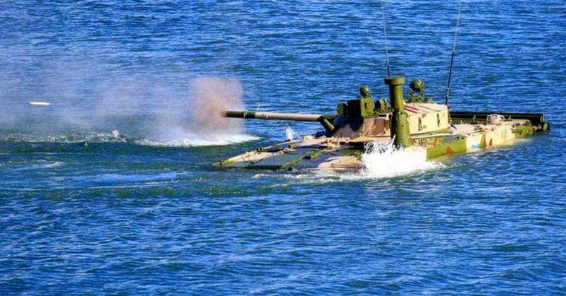 L'armement principal est utilisable même lors des déplacements amphibies