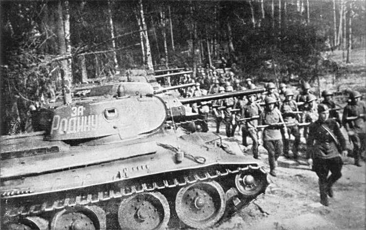 Les T-34 sont la mauvaise surprise des tankistes allemands. Bien que peu nombreux encore sur le front, ils opposent une résistance farouche aux Panzer III et IV