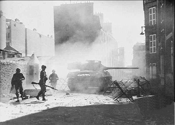 Le Hellcat est à l'aise dans les combats urbains face aux chars allemands handicapés par leur long canon