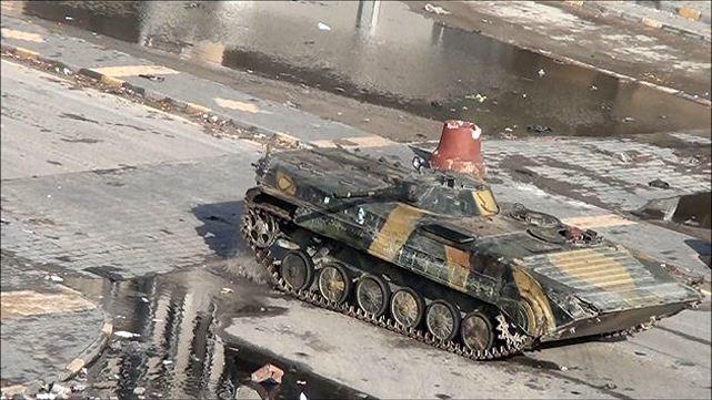 Le projecteur infrarouge a été démonté sur ce BMP-1 pour s'adapter aux dangers du combat urbain