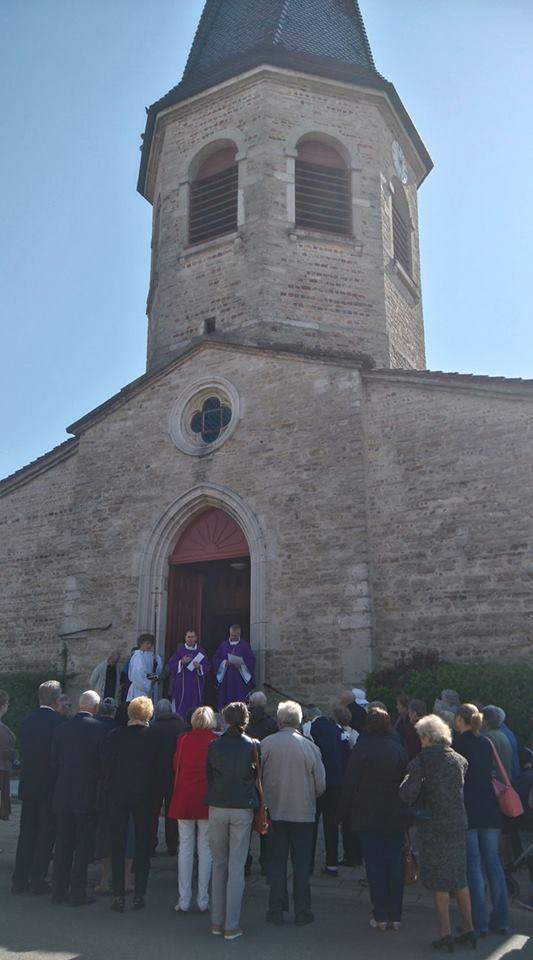 La célébration commence à l'extérieur de l'église. À l'intérieur, l'église a été dépouillée (comme au vendredi Saint), les cierges sont éteints.