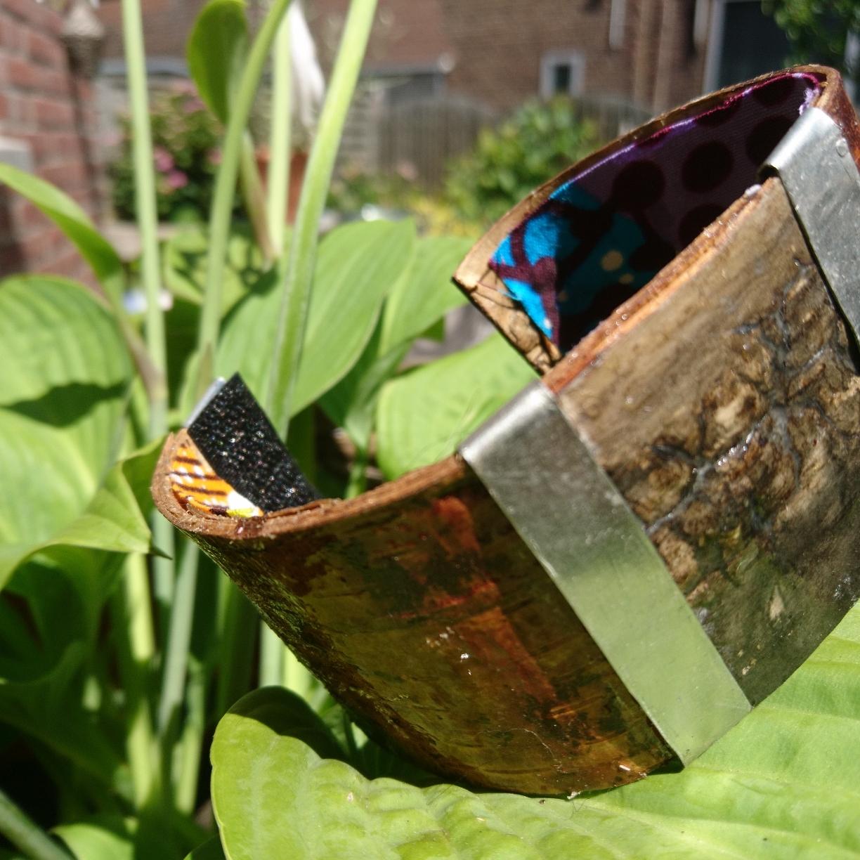 Bracelet with metal en oilscent from musk. €51,-
