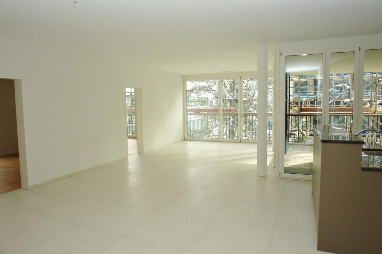 Raumhohe Fensterfronten: Der sehr grosszügig konzipierte Wohn-/Essbereich