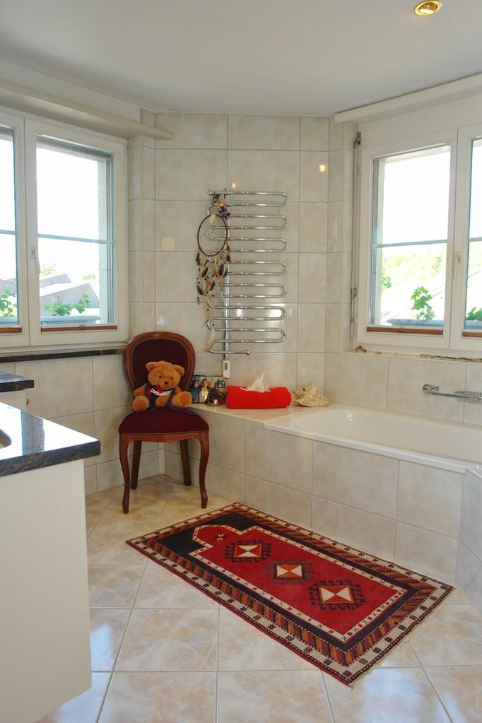 Im grosszügigen, hellen Badezimmer