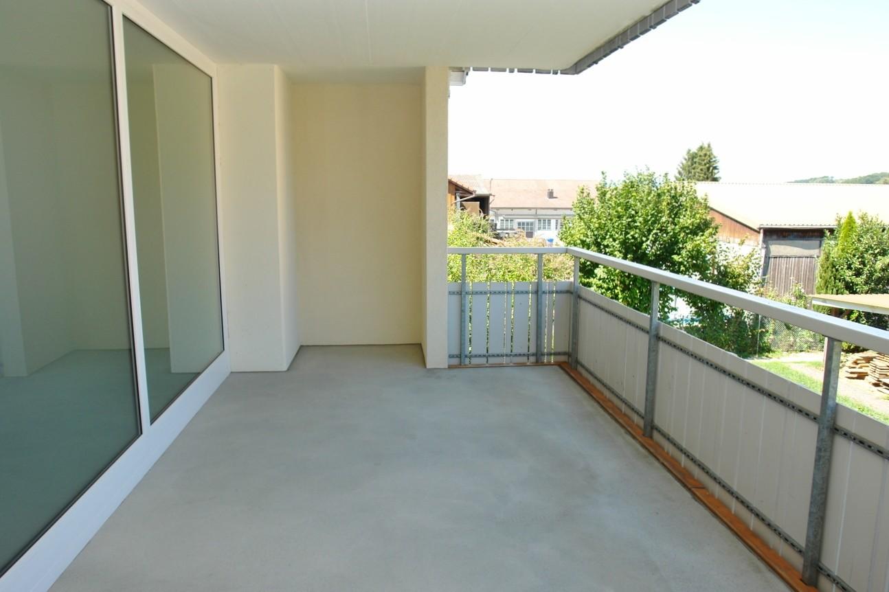 Der über 16 m2 grosse, überdeckte Balkon auf der Nordost-Seite…