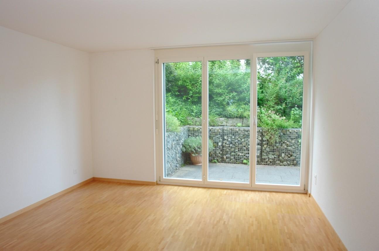 Das gut 18 m2 grosse Elternzimmer, mit Ausgang zum seitlichen Sitzplatz