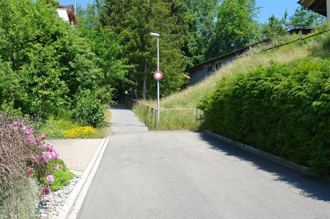 Brunnengässli, welches als Zufahrt beim Grundstück als Sackgasse endet