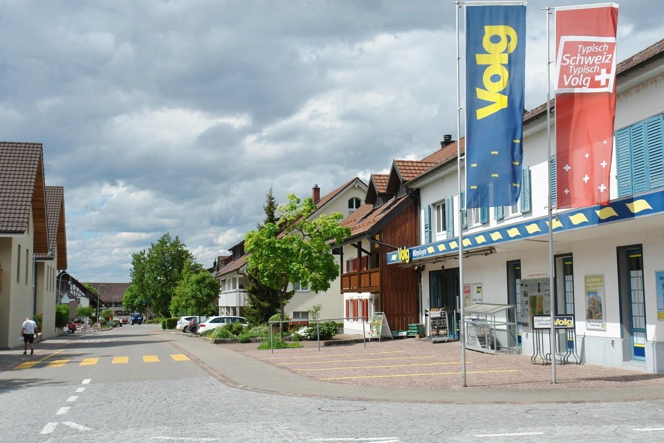 Höchst angenehm: In unmittelbarer Nachbarschaft befindet sich der VOLG-Laden sowie auch eine Bäckerei