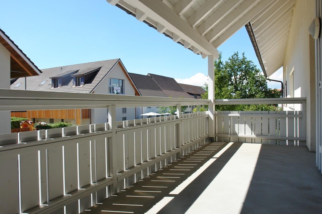 …und der über 12 m2 grosse, überdeckte Balkon auf der Südwest-Seite