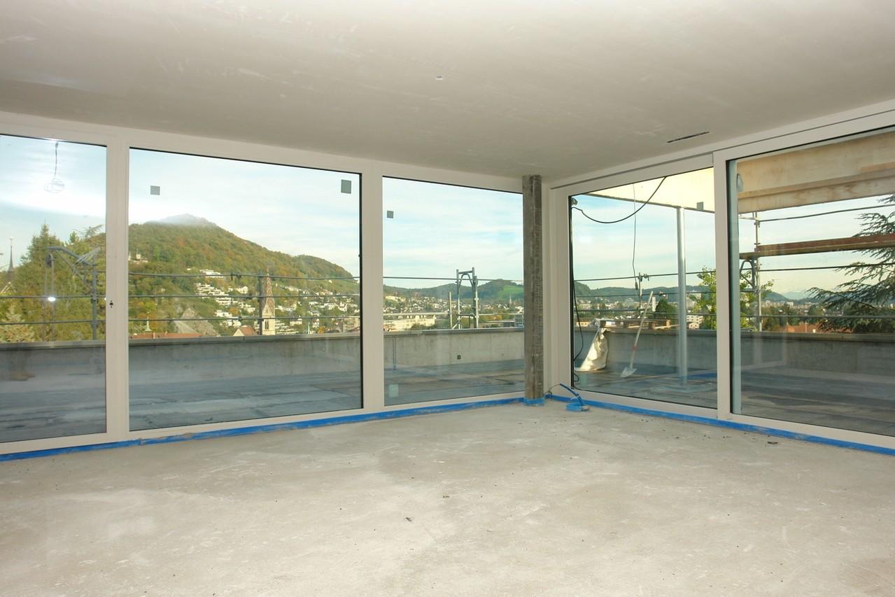 Ausblick aus dem raumhoch verglasten Wohn-/Essbereich