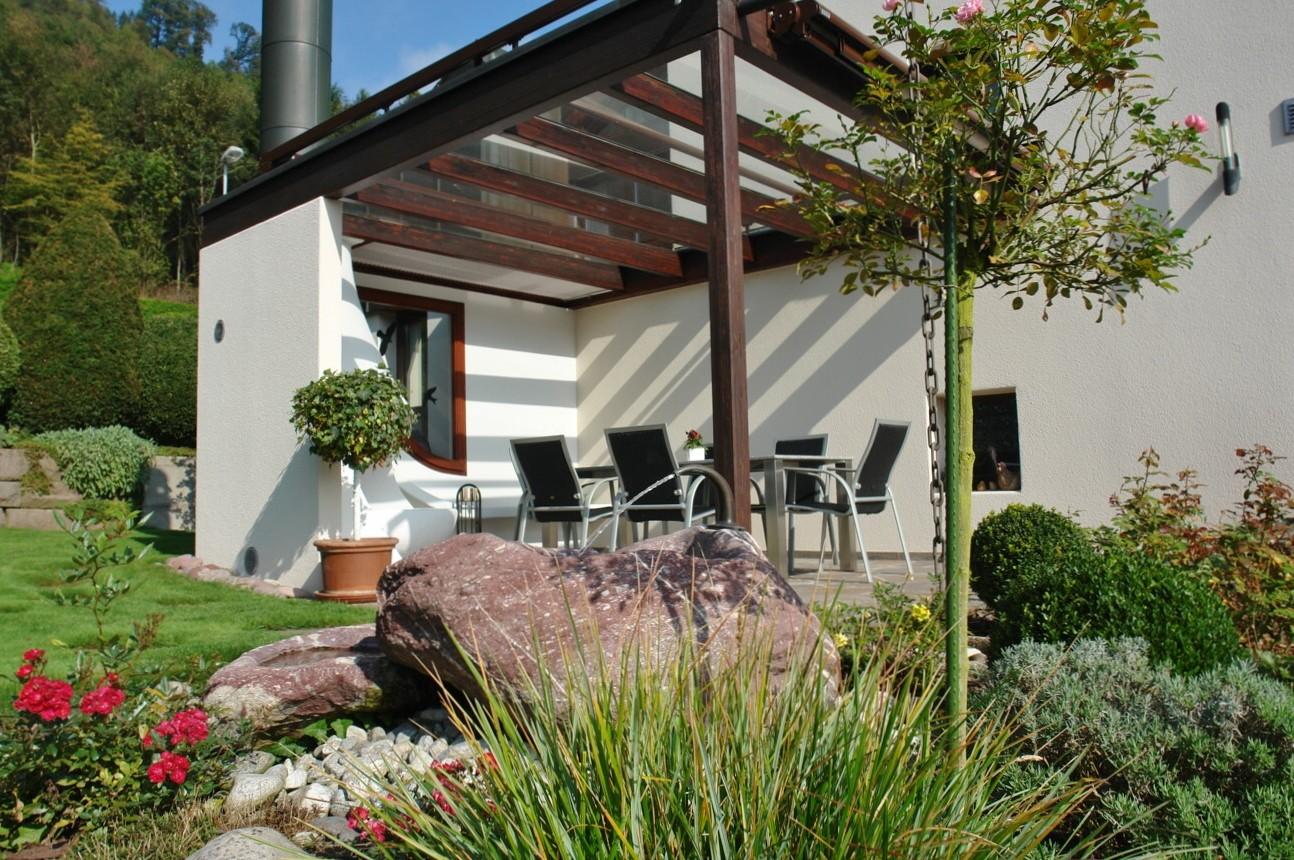 Gemütlichkeit pur: Pergola mit Glasdach und Aussen-Cheminée
