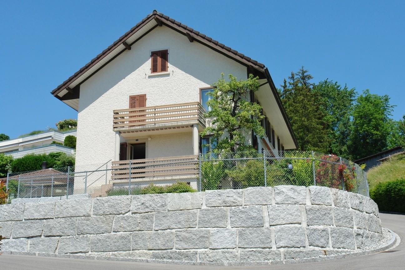 Ansicht von Süden, mit neuer Blocksteinmauer