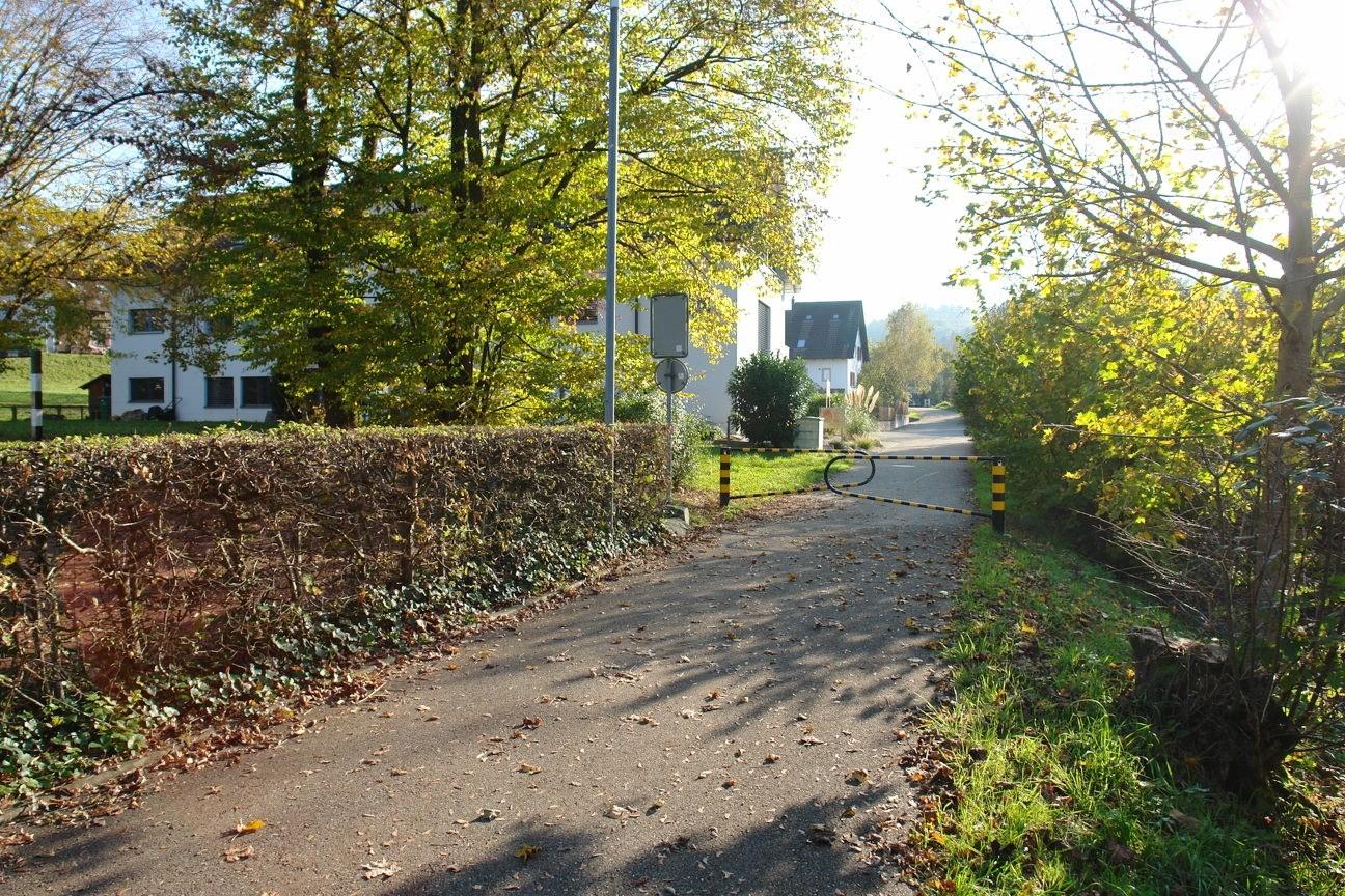 Lage ohne jeglichen Durchgangsverkehr: Der Bachweg ist nicht durchgängig mit Fahrzeugen befahrbar.