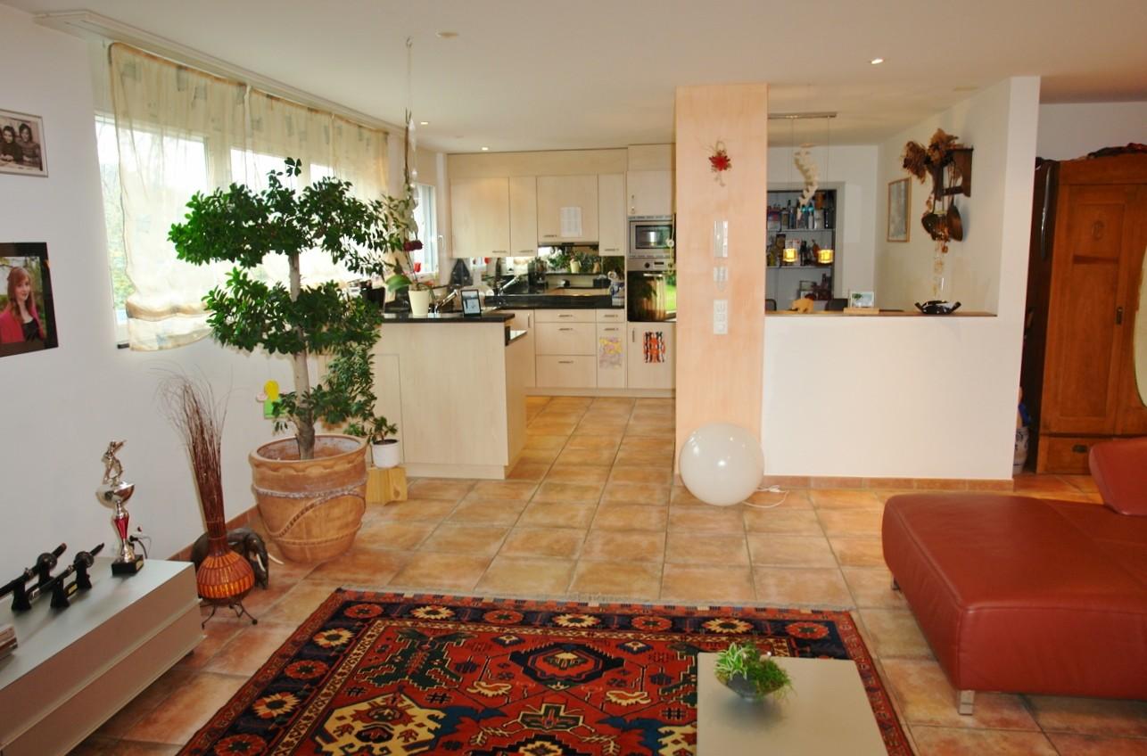 Blick vom Wohnbereich hin zu Küche und Essbereich (rechts)