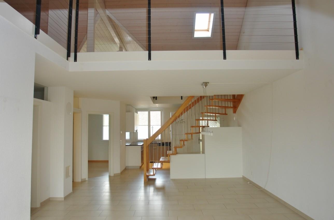 Blick vom Wohn-/Essbereich hin zur Küche; oben das Galeriegeschoss