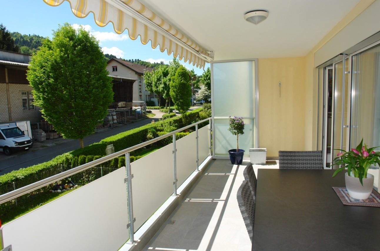 Auf dem nach perfekt nach Südwest orientierten, 15 m2 grossen und vollständig gedeckten Balkon