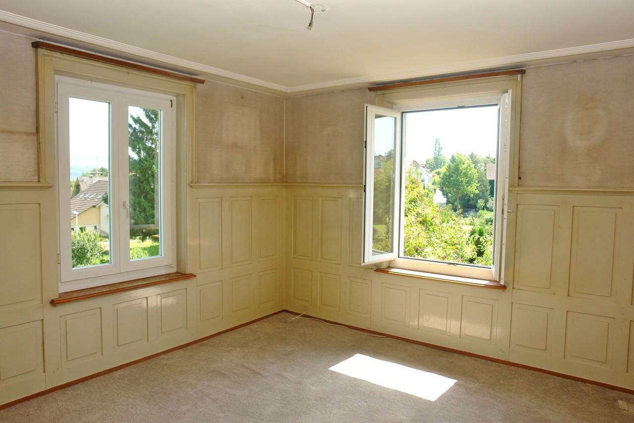 Wohnraum mit Brustwandtäfer und Stukkatur-Decke