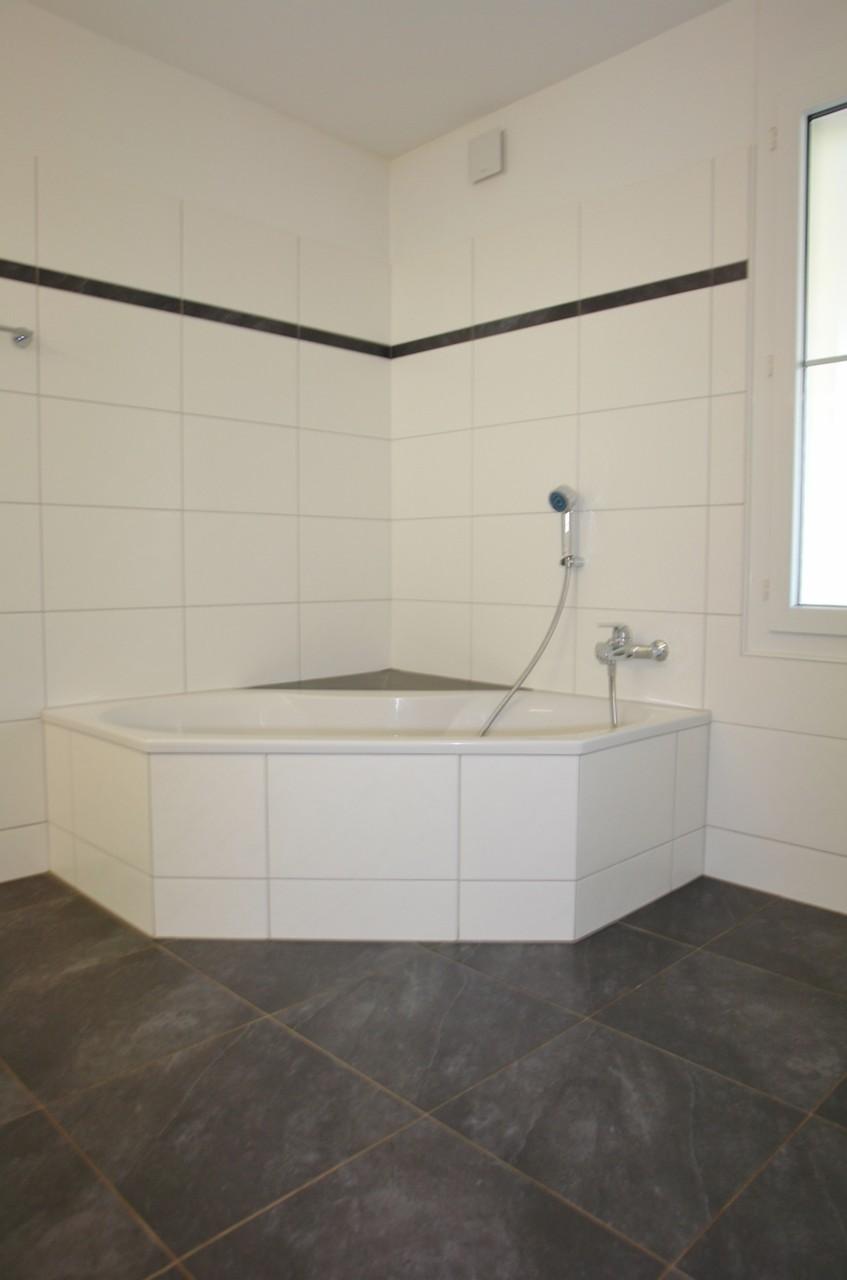 Fast 9 m2 grosses Badezimmer mit Eck-Badewanne…