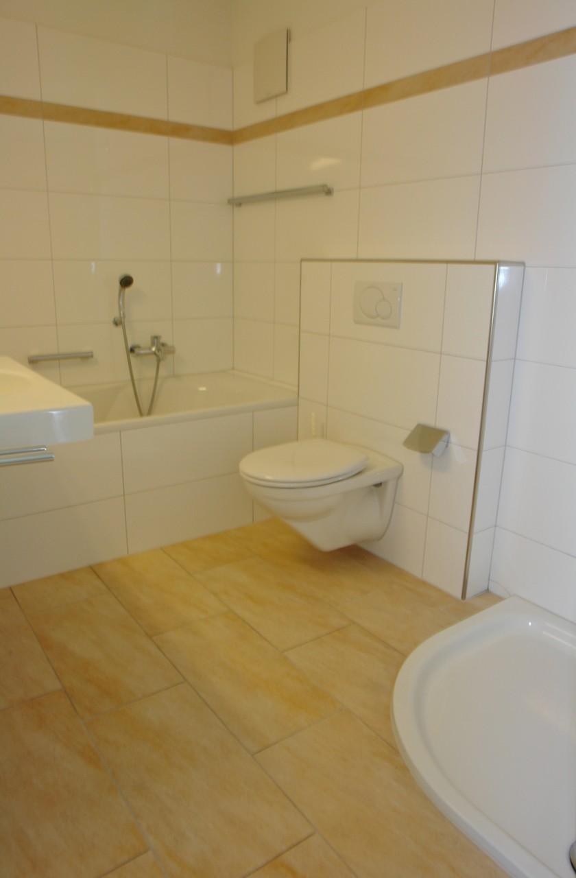 Im grosszügigen Bad mit Badewanne, Dusche, WC, Lavabo
